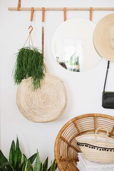 Living in a small space can be a little bit demoralising when it comes to decorating - Introducing to you the DIY hanging entryway organiser! Diy Hanging, Hanging Plants, Home Fix, Entryway Organization, Diy Inspiration, Simple House, Crafts To Do, Cozy House, Diy Wall