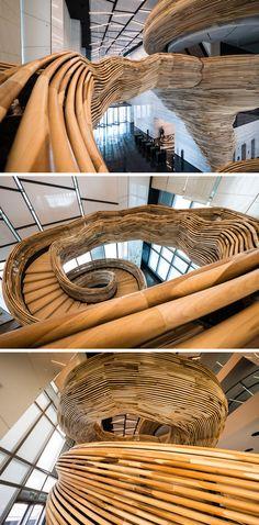 Situé dans les bureaux d'Atria à Tel-Aviv, cet escalier sculptural en bois de peuplier est la création de Tomer Gelfand