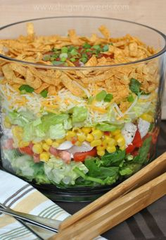 Layered Chicken Taco Salad: a delicious layered salad that's perfect for dinner! Bring to your next potluck or picnic too! Need an impressive looking salad for a picnic this weekend? Try making a Layered Chicken Taco Salad. Kid and adult friendly! Salades Taco, Taco Salat, Layer Chicken, Good Food, Yummy Food, Chicken Tacos, Chicken Salad, Corn Chicken, Buffalo Chicken