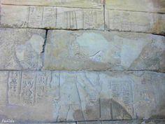 Augusto ofrece dos vasos de vino al dios Tot de Pnubs, Templo egipcio de Debot. Madrid