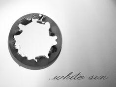 HEART MIRROR Cornice in acciaio inox satinato a mano. Spessore 2 mm.