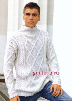 Мужской белый свитер с узорами из кос и ромбов. Вязание спицами для мужчин