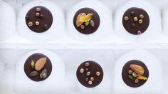 Sjokoladepletter med nøtter og aprikos, av Sverre Sætre (in Norwegian)