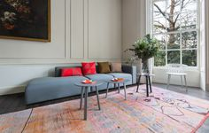 Hay :n näyttely: Mags sohva, Bella sohvapöydät, J104 tuoli, Kaleido tarjottimia ja Hayn värikkäitä tyynyjä. Upea tila ja väritys.