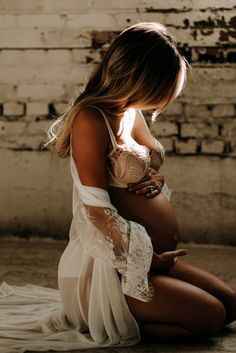 Maternity Studio, Maternity Poses, Maternity Pictures, Shooting Studio, Couple Pregnancy Photoshoot, Maternity Photo Outfits, Maternity Photography Outdoors, Foto Baby, Shooting Photo