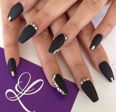 Black nails with gold, black gel nails, glitter nails, black nail art, autu Black Gold Nails, Black Nail Art, Black Gold Jewelry, Matte Nails, Glitter Nails, Fun Nails, Acrylic Nails, Golden Nails, Nagellack Trends