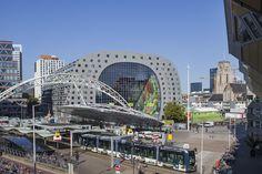El espectacular Markthal ·Rotterdam acaba de inaugurar en el centro de la ciudad el Markthal, un mercado cubierto, el más grande de Holanda, formado por un enorme edificio abovedado que alberga once plantas de apartamentos.