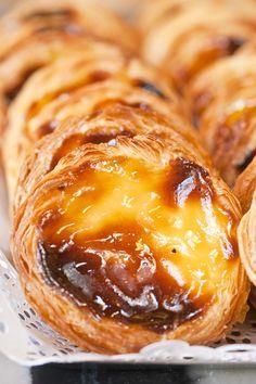 Pastéis de Belém (Lissabon - Portugal): Het bekendste gebakje van Portugal. Ze worden geflambeerd met kaneel en rietsuiker en doen een beetje denken aan een crème brûlée. BOM APETITE!