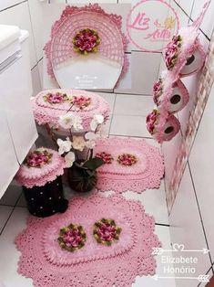Crocheted Bathroom Set Ideas for Crochet Lovers Crochet Dishcloths, Crochet Doilies, Crochet Stitches, Crochet Shoes, Crochet Slippers, Crochet Table Runner, Flower Pillow, Miniature Crafts, Tutorials
