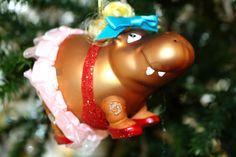 Farbenfrohe #Weihnachten  Wenn es draußen grau und düster wird, wird es drinnen bunt!   Im Steirerhof-Shop finden Sie die aktuellsten #Weihnachtsdekorationen in den buntesten Farben. Zwerge, Nilpferde, glitzernde Eulen, Schildkröten, tanzende Rentiere - lustiger #Baumbehang für Ihren #Christbaum. #Weihnachten einmal ganz anders! Christmas Ornaments, Holiday Decor, Home Decor, Reindeer, Indoor, Gray, Weihnachten, Homemade Home Decor, Christmas Jewelry