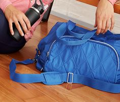 Sportovní taška s postranními kapsičkami a nastavitelnými popruhy