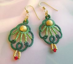 Hand dyed green tatted earrings with gold por yarnplayer en Etsy, $20.00