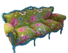 Sofá reciclado. De madera pintado en azul y retapizado con tela con motivos florales