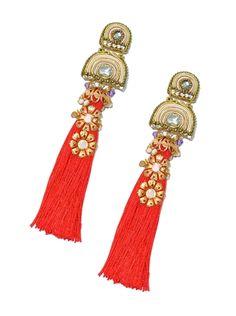 Pendiente de flamenca en forma de borla roja y original aplique de soutache en tonos nude con aplicaciones doradas.
