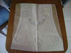 aqui esta o desenho feito no papel vegetal da blusa. desenho devidamente colado no papel mais grosso e o lacê tambem já colocado sobr...