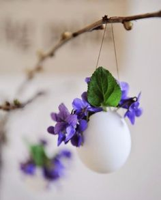 Give Them Something Special With a Personalized Easter Basket - Hang a blown egg and hang small flowers, e. A beautiful spring decoration. Deco Floral, Arte Floral, Easter Flowers, Spring Flowers, Easter Table, Easter Eggs, Easter Bunny, Happy Easter Everyone, Easter Holidays