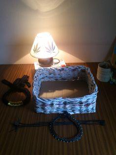 de izq a dcha: Collar trapillo y metal, cesto con periódicos y lámpara de hojas secas, collares polipiel trenzada y lapicero de cuerda pita