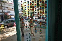 La cortina aporta color a la entrada de Alguito..  /Sebastián Rodeiro.