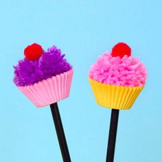 These cute pom pom cupcake pencil toppers make writing and drawing even more fun. Pencil Topper Crafts, Pencil Crafts, Pom Pom Crafts, Flower Crafts, Diy Crafts For 9 Year Olds, Felt Crafts Kids, Cupcake Crafts, Pen Toppers, Craft Kits