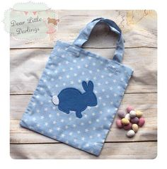 Blue lined fabric bag with a Easter Bunny applique & fluffy white tail. Measures approx. 23x20cm. Perfect for Easter hunts & also for filling with Easter gifts. Also available in Pink & Green.