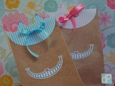 Embalagem para guloseimas festa tema Alice no País das Maravilhas, produzida em papel craft, com lapela de orelhinhas.