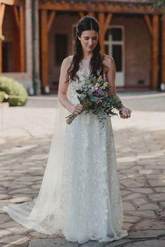 No te pierdas estas ideas de vestidos que harán suspirar.  #CasamientosAr #Organizaciondecasamientos #Casamiento #Boda #Novias #TipsNupciales #CaminoAlAltar #LookNupcial #LookDeNovia #VestidoDeNovia #VestidoRomantico Wedding Dresses, Ideas, Fashion, Romantic Dresses, Sleeved Wedding Dresses, Boyfriends, Bridal Bouquets, Mariage, Wedding
