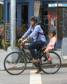 Actor Mark Rufallo with daugther Odette on a Bobike Junior seat, biking around in N.Y.