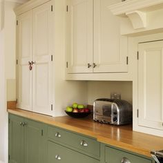Two-toned kitchen cabinets are officially all the rage, like in this kitchen with the lighter upper cabinets and darker lower ones. Two Tone Kitchen Cabinet Ideas To Avoid Boredom in Your Home Two Tone Kitchen Cabinets, Green Cabinets, Painting Kitchen Cabinets, Kitchen Paint, New Kitchen, Kitchen Dining, Kitchen Decor, Upper Cabinets, Kitchen Ideas