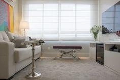 Minimalismo e criatividade foram essenciais para a concepção do apartamento de uma médica oftalmologista. Idealizado para ser um ambiente clean, de cores neutras e objetos impactantes e criar uma atmosfera jovial. Por isso, podemos afirmar que o designer de interiores Edgar Rochell conseguiu algo fantástico: dar elegância ao preto e branco.