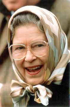 Fashion statement: The Queen in a gold, silver and peach geometric print in 1995 Hm The Queen, Her Majesty The Queen, Save The Queen, Queen B, Historical Women, Historical Pictures, Santa Lucia, Royal Family Trees, Queen Elizabeth
