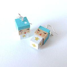 Boucles d'oreilles poupées cubiques madammag turquoises et blanches étoiles blanches et dorées.