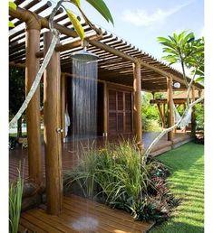 Casa de Praia lindaaaa com direito a chuveirão do lado de fora.  Observem que toda a estrutura de sustentação da varanda é em toras de eucalipto. A proteção foi feita com vidro transparente. Sonho né!!!!!!