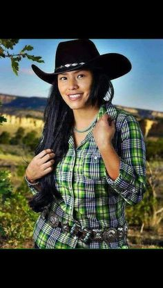 Gwen -- Women of the Navajo Calendar Native American Models, Native American Beauty, Native American Tribes, Native American History, American Indians, Cowgirls, Hyung Tae Kim, Estilo Cowgirl, Pierre Brice