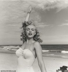 Marilyn Monroe at Tobey Beach, Long Island. Photo by Andre de Dienes, 1949 Joven Marilyn Monroe, Young Marilyn Monroe, Marilyn Monroe Photos, Brigitte Bardot, Cinema Tv, Greta, Becoming An Actress, Portraits, Marlene Dietrich