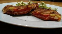 Cordon Bleu heute mal nicht mit Fleisch sondern mit Paprika zubereitet. Etwas aufwändiger in der Zubereitung - aber es lohnt sich und wird die Gäste überraschen, denn bis zum Anschnitt wird es niemand bemerken, dass es kein klassisches Cordon Bleu ist Cordon Bleu, Bacon, Beef, Breakfast, Food, Worth It, Red Peppers, Meat, Morning Coffee