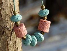 Zasněženou romanci představují něžné barvy bleděmodrých a starorůžových lávových korálků - disků a válečků, to vše navlečené na šedomodré kulaté kůži 1,5mm s bižuterními komponenty v barvě staromosazi. Lávové disky mají průměr cca 1,5cm, válečky také 1,5cm. Délka náhrdelníku cca 45 cm. Drop Earrings, Jewelry, Fashion, Moda, Jewlery, Jewerly, Fashion Styles, Schmuck, Drop Earring