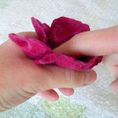 Felters Journey: TUTORIALS - Felting Flowers Excellant Tutorial on a few flower shapes. Wool Needle Felting, Needle Felting Tutorials, Wet Felting, Felt Diy, Felt Crafts, Fabric Crafts, Felt Flowers, Fabric Flowers, Zipper Flowers