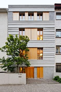 Stadthaus mit Holz-Naturstein-Fassade, Frankfurt
