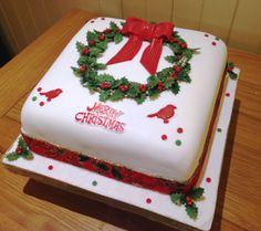 Holly Wreath Cake Rich fruit cake covered with marzipan and fondant. Bow Holly and berries made from gum paste. Christmas Cakes Images, Christmas Cake Designs, Christmas Cupcakes Decoration, Christmas Cake Topper, Holiday Cakes, Christmas Desserts, Christmas Baking, Bow Cakes, Cupcake Cakes