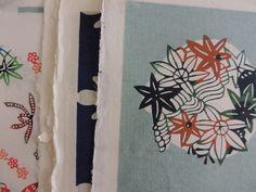 Papier japonais sur kozo - Pochoir et sérigraphie - Katazome - 4 bords frangés; Texture de la feuille proche du coton et de la soie.