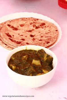 aloo palak - tasty side dish for chapati, roti, naan made with a tasty combination of potato and spinach Healthy Indian Recipes, Veg Recipes, Curry Recipes, Vegetarian Recipes, Cooking Recipes, Ethnic Recipes, Vegetarian Curry, What's Cooking