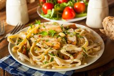 Chicken Alfredo: It has delicious Italian seasonings & garlic flavor. Make it extra creamy & flavorful just by adding cream cheese to your Chicken Alfredo. Pasta Alfredo Con Pollo, Sauce Alfredo, Chicken Alfredo Casserole, Alfredo Chicken, Chicken Fettuccine, Chicken Pasta, Creamy Chicken, Homemade Fettuccine, Homemade Alfredo