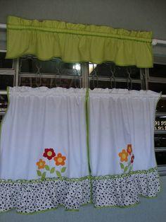 Uma cortininha bordada, meia janela  e um bandô liso e colorido. Lindo !!!!  Pode ser feito este modelinho em qualquer um dos kit's.  Esta foi feita junto com o kit colocado na última foto .