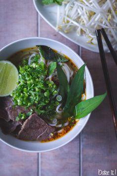 Rezept für vietnamesisches Wohlfühlessen: Bún bò Huế - eine kräftige Rindfleisch Nudelsuppe.