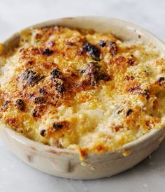 Tom Aikens demonstrates how to make the perfect macaroni cheese, using milk infused with bay and thyme, fresh basil and Dijon mustard. Heeerlijk!!