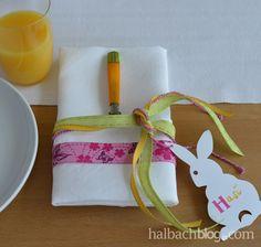 halbachblog I Ostern I Tischdeko bunt I Dekoidee I DIY I selber machen I Bänder I ribbons I Hasen-Etikett I hangtag
