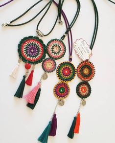 Estas bellezas no estarán en mi mostrador hoy sin mi encaje. Tamizar # # Göznur de a Form Crochet, Crochet Mandala, Crochet Table Runner Pattern, Knitting Patterns, Crochet Patterns, Crochet Collar, Crochet Accessories, Bracelet Patterns, Fashion Necklace