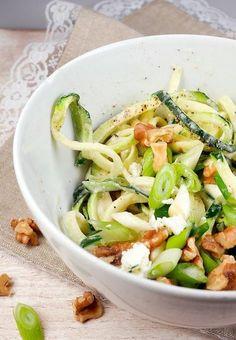 Rezept für Low Carb Zoodles mit Feta und Walnüssen - ein wunderbares winterliches Rezept mit Zucchininudeln - Gaumenfreundin Foodblog #gesunderezepte #schnellerezepte #zoodles #zucchininudeln #lowcarb #lowcarbrezepte