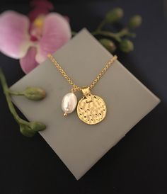 Gold charm and pearl necklace/gold disc necklace/Freshwater pearl/Stylish necklace/jewelry gift her/pearl and gold necklace/gold coin/boho by Pearlsbymimmi on Etsy Gold Disc Necklace, Washer Necklace, Jewelry Gifts, Jewelry Necklaces, Coin Pendant, Gold Coins, Fresh Water, Pearls, Boho