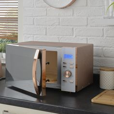 Over the weekend the brand unveiled its sparkle rose gold microwave, leaving in its wake a league of eager rose-gold fans itching to get there hands on it. Kitchen Items, Home Decor Kitchen, Kitchen Gadgets, Kitchen Design, Kitchen Appliances, Kitchen Tools, Kitchen Utensils, Rose Gold Kitchen Accessories, Home Accessories